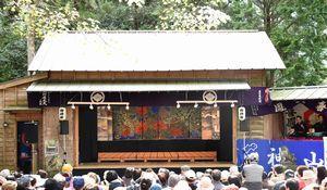 大勢の観客の前で繰り広げられた襖からくり=神山町神領の小野さくら野舞台