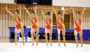 新体操女子団体で2年ぶり6度目の優勝を飾った羽ノ浦の演技=愛媛県総合運動公園体育館