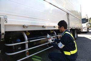 軽油の抜き取り調査をする県職員=午前10時20分ごろ、鳴門市北灘町櫛木の鳴門検問所