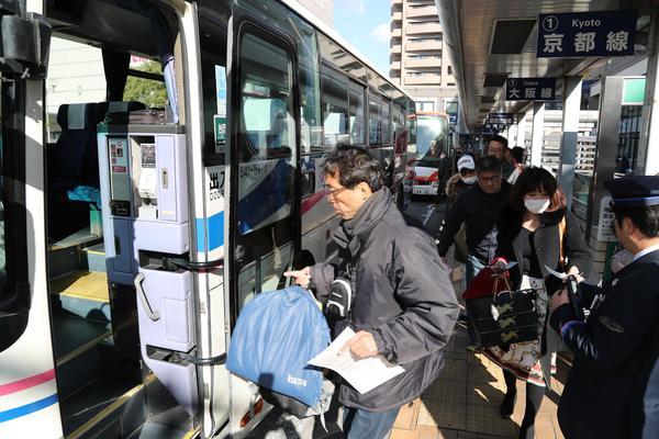 Uターンラッシュがピークを迎え、混雑する高速バス乗り場=徳島駅前