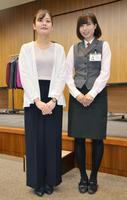 カジュアルな装いの東邦銀行の女性行員。右は従来の制服=26日、福島市