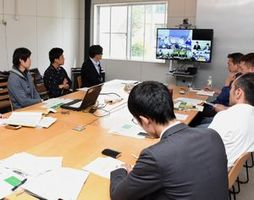 テレビ会議システムを使いSO進出の成果や課題を話し合う参加者=神山町下分の神山バレーSOコンプレックス