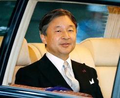 「大嘗宮の儀」のため、皇居に向かわれる天皇陛下=14日午後4時34分、赤坂御所