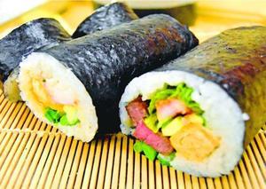 小松島西高校の生徒が考案した恵方巻き。手前は阿波牛、奥はハモの天ぷらが入っている