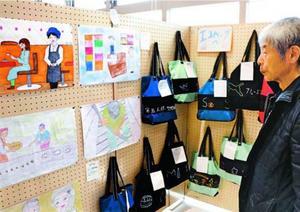 池田支援学校美馬分校生の作品に見入る来場者=美馬市美馬町の道の駅「みまの里」