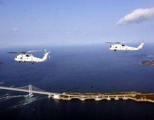 今年初めての飛行訓練を行う第24航空隊のヘリコプター=鳴門海峡上空、取材用の自衛隊ヘリから撮影