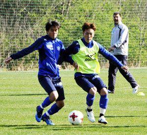 古巣山口との対戦に向け練習に汗を流す島屋(右)=徳島スポーツビレッジ