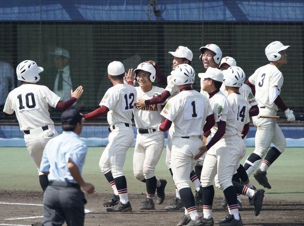 富岡西対高松商 逆転サヨナラ勝ちし喜ぶ富岡西ナイン=坊っちゃんスタジア ム