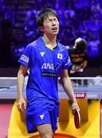 男子シングルス準々決勝 中国の梁靖崑(奥)にポイントを奪われ、顔をしかめる丹羽孝希=ブダペスト(共同)