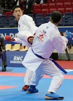 組手男子84キロ級準決勝 トルコ選手(右)を攻める荒賀龍太郎=パリ(共同)