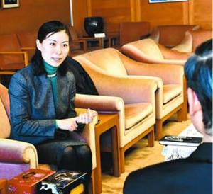 ダボス会議について知事に報告する坂野理事長(左)=県庁