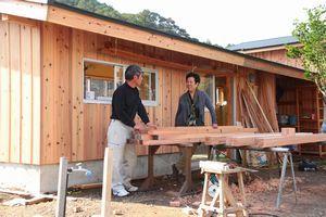 建築現場で大工の中岡さんと話す小林さん(右)=美波町奥河内