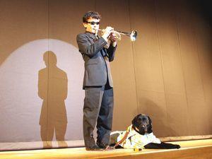 ヴァルデスと共に舞台に立ち、トランペットで伴奏する山橋さん=2011年3月、徳島市のあわぎんホール(塩田さん提供)