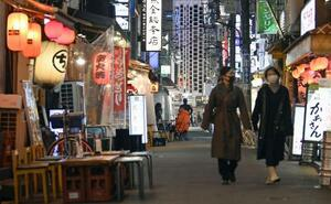 人通りの少ない東京・新橋の飲食店街=28日夜