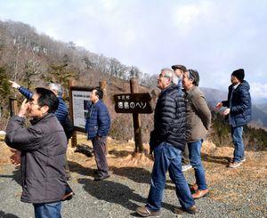 シカの群れの移動に歓声を上げる参加者=那賀町沢谷の「徳島のヘソ」
