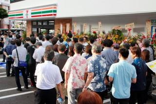セブンが沖縄進出、長蛇の列