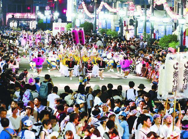 徳島市の阿波踊り最終日、名残の乱舞を惜しむ踊り子や見物客=両国本町演舞場