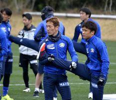 2人一組で脚などのストレッチをする徳島の選手たち=宮崎市の県総合運動公園ラグビー場