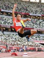 男子走り幅跳び決勝 8メートル10をマークした橋岡優輝の6回目=国立競技場