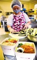 栄養バランスに配慮した弁当=徳島市の宇治製薬徳島工場
