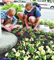 徳島市のNPO法人外国人参加5年第二の古里花で癒やし 延べ34ヵ国290人 花壇世話に笑顔