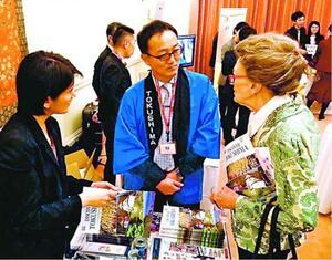 にし阿波の魅力をPRする県職員(中)=ロンドンの日本大使館(県提供)