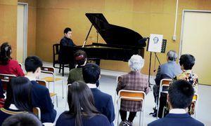 スタインウェイ社製ピアノの演奏を楽しむ穴吹高生ら=同校