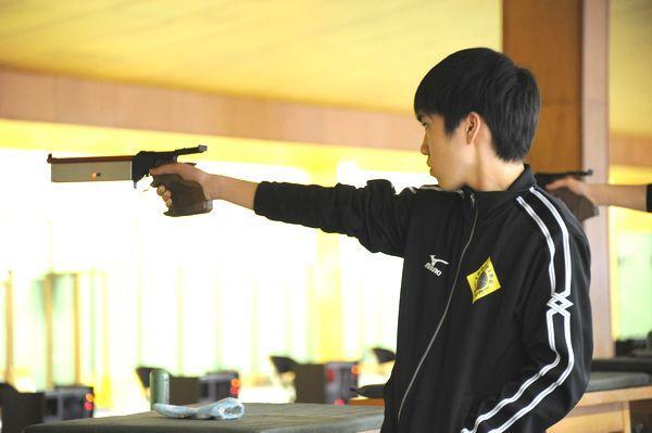 男子ビームピストルで2位に輝いた岩佐=徳島市ライフル射撃場