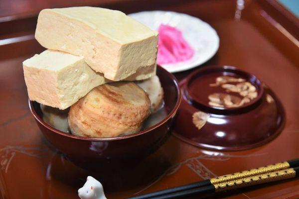 東祖谷地域の雑煮は豆腐とサトイモを使う。豆腐が硬くなければできない盛り方=栗枝豆腐店