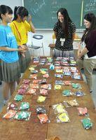 タイの子どもたちが作った工芸品が販売されたバザー=徳島北高校