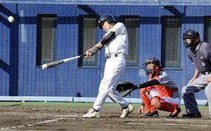 決勝・上灘対国府 三回表1死、上灘の中西光さんが左中間三塁打を放つ=JAアグリあなんスタジアム