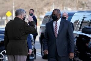 米国防総省でミリー統合参謀本部議長(左)から敬礼を受けるオースティン国防長官=22日、ワシントン(AP=共同)