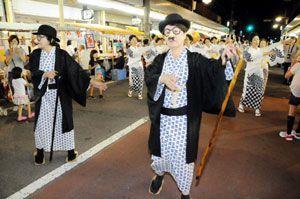 「ノンキナトウサン」に扮して五九郎おどりを披露する会員=吉野川市の鴨島駅前中央通り