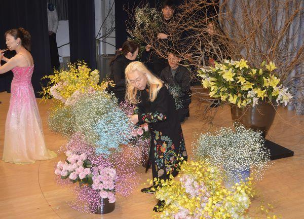 即興で花を生ける假屋崎さん=美馬市脇町の脇町劇場オデオン座