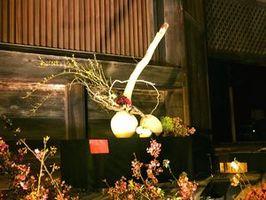藤本さんが花いけバトル年間王者決定戦の決勝で制作した作品=京都市の東寺(藤本さん提供)