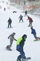 初滑りを楽しむスノーボーダーら=三好市井川町の井川スキー場腕山
