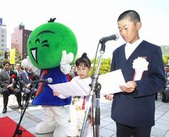 交通安全宣言を読み上げる大島君(右)と新開さん=徳島県庁