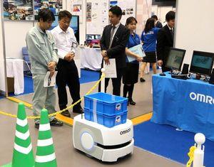 障害物を避けながら精密部品を運ぶ最先端のAIロボット=徳島市のアスティとくしま