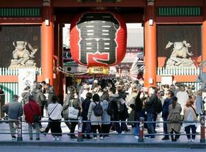多くの人たちでにぎわう東京・浅草の雷門=28日午後