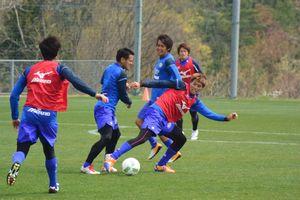 ホーム戦初勝利に向け、練習に励む徳島の選手=徳島スポーツビレッジ