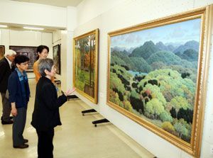 写実的な風景作品などが並んだ示現会展の巡回徳島展=あわぎんホール