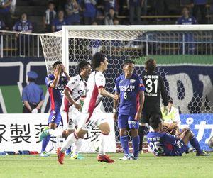 徳島対岡山 前半39分、岡山に逆転ゴールを決められ、がっくりする徳島の選手たち=鳴門ポカリスエットスタジアム