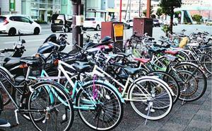 歩道に放置された自転車やバイク=徳島市の花畑踏切付近
