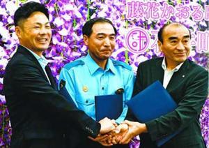 協定を結んだ(左から)小林町長、時谷署長、後藤町長=石井町役場