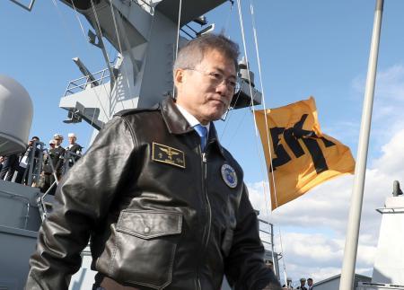 国際観艦式で掲揚された李舜臣将軍を象徴する旗。手前は韓国の文在寅大統領=11日、済州島(聯合=共同)