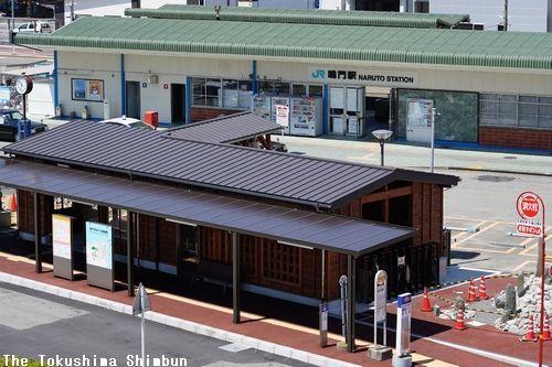 鳴門市が整備したバラッケ風の休憩施設。中に足湯を設けた=鳴門駅前