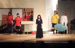 四国地区高校演劇研究大会で熱演する阿波高生=2015年12月、高知市(同校提供)