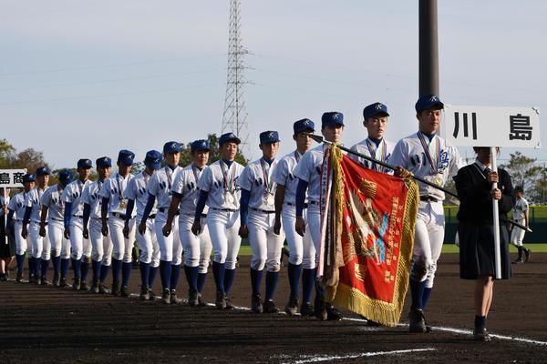 閉会式で行進する優勝した川島の選手たち=14日、鳴門オロナミンC球場