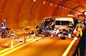徳島自動車道の新山トンネルでトラックと衝突したワゴン車=2019年12月11日、三好市池田町