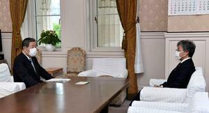 会談に臨む自民党の森山国対委員長(左)と立憲民主党の安住国対委員長=6日午前、国会